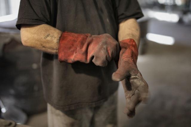 špinavé rukavice