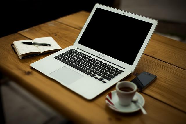 káva, pc, mobil a zápisník.jpg