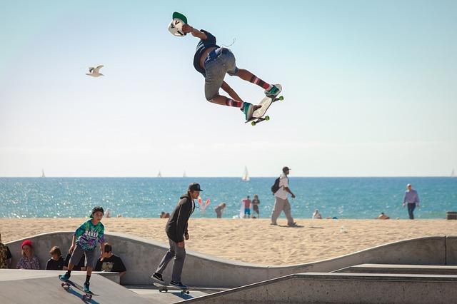 skateboarding na pláži