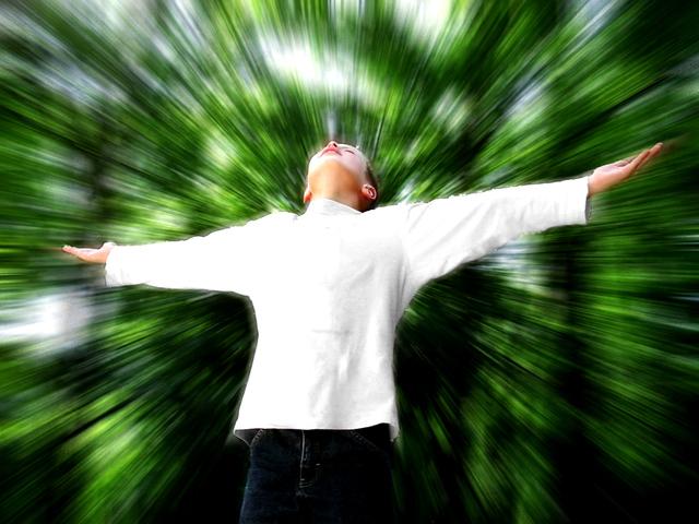 muž zasažený návalem energie
