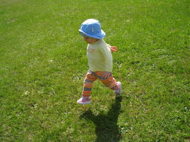 energetické malé dítě na trávníků