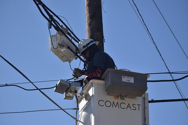 elektrikář opravující transformátor